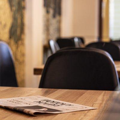 Nové tapety s novinami ve Fantově kavárně