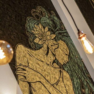 Detail tapety ve Fantově kavárně